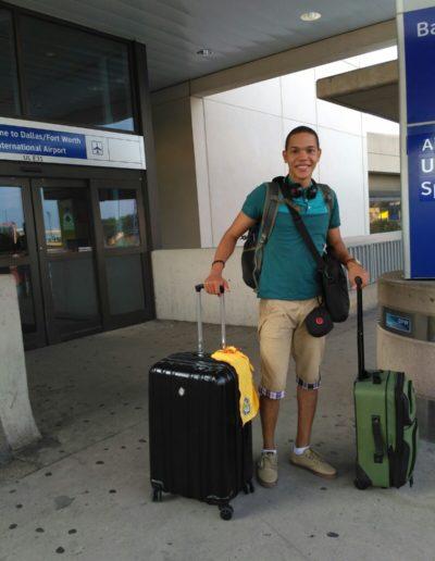 estudiante feliz con su maleta listo para viajar a estados unidos