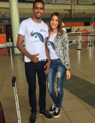 estudiante en el aeropuerto de santo domingo listo para salir a estados unidos a su summer work